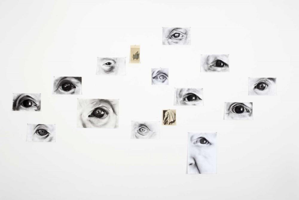 »So wollte Welt noch einmal gesagt sein« 2006/2007 (die Augen meiner Eltern), 15-teilig, Pastellkreidezeichnungen und Zeitungsausschnitte, Zeichnungen je 12,5 x 20 cm bzw 21 x 29,5 cm und 29,5 x 21 cm